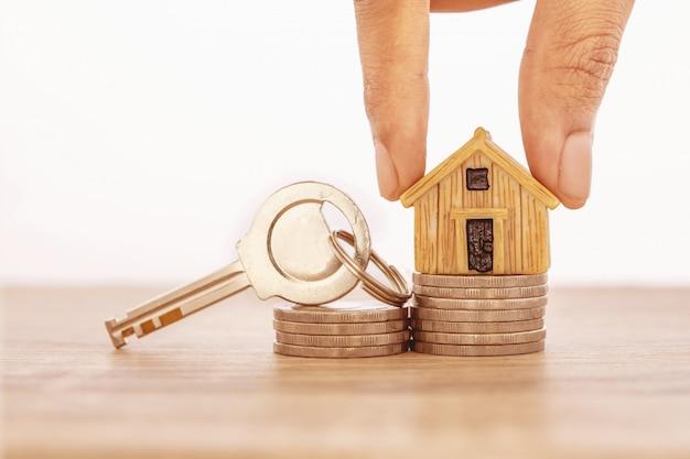 Sluit hand die omhoog huis modelplaats bij het stapelen zet Premium Foto