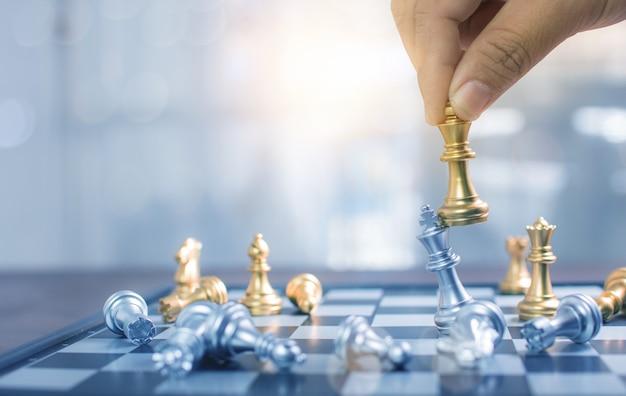 Sluit hand omhoog het spelen schaak en win in raadsspel, strategie en plannings bedrijfsconcept Premium Foto