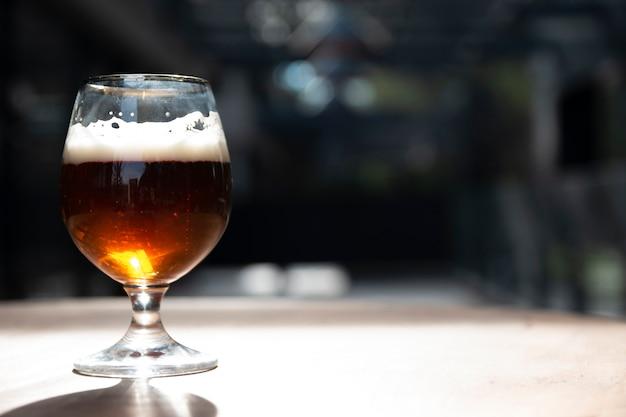 Sluit omhoog artizanal bier met exemplaarruimte Gratis Foto