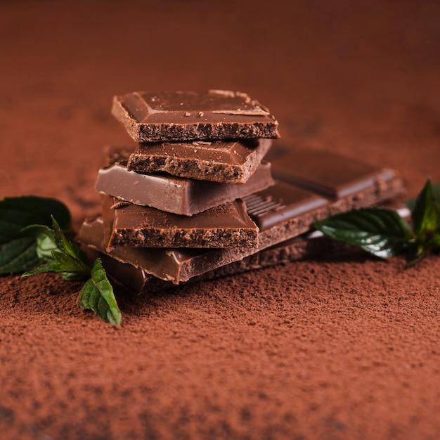 Sluit omhoog chocoladereepvierkanten op cacaopoeder Gratis Foto