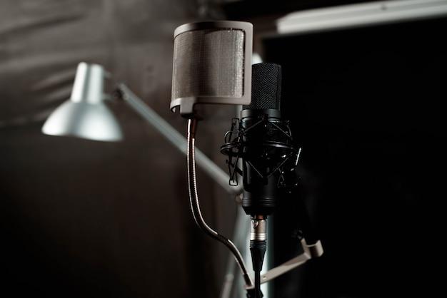 Sluit omhoog de microfoon van de studiocondensator met pop filter Premium Foto