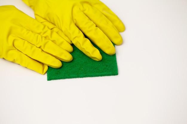 Sluit omhoog de schoonmakende spons van de de handholding van de bedrijfarbeider Premium Foto