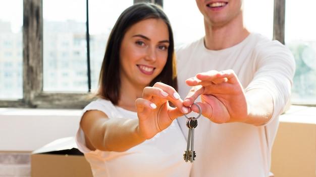Sluit omhoog de sleutels van de paarholding Gratis Foto