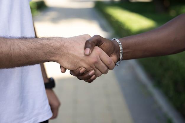 Sluit omhoog diverse vrienden die handen schudden Gratis Foto