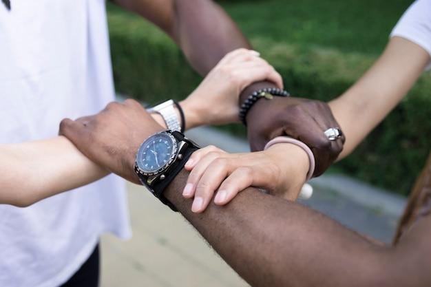 Sluit omhoog diverse vrienden die wapens houden Gratis Foto