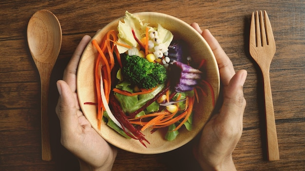Sluit omhoog een saladekom, gezond veganistisch organisch vegatable voedsel, boven of hoogste menings luchtschot Premium Foto