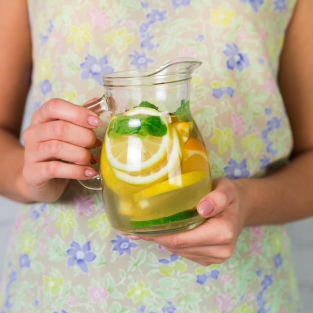 Sluit omhoog eigengemaakte die limonadekruik door vrouw wordt gehouden Gratis Foto