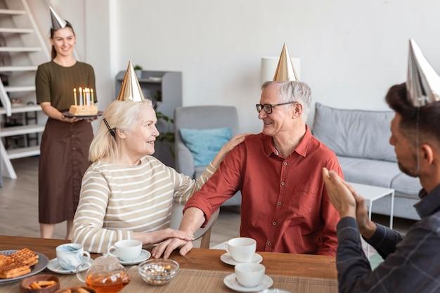 Sluit omhoog familie met feestmutsen Premium Foto