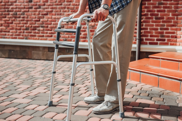 Sluit omhoog foto van de geriatrische mens met rolstoel Premium Foto