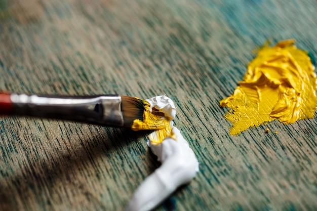 Sluit omhoog foto van het mengen van olieverf op palet Gratis Foto