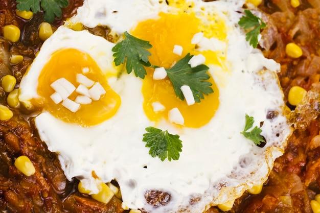 Sluit omhoog gebraden eieren op mexicaans voedsel Gratis Foto
