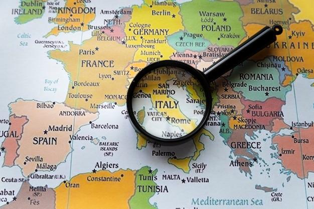 Sluit omhoog geconcentreerd italië op europese kaart Gratis Foto