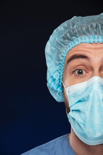 Sluit omhoog half portret van een verraste mannelijke chirurg Gratis Foto