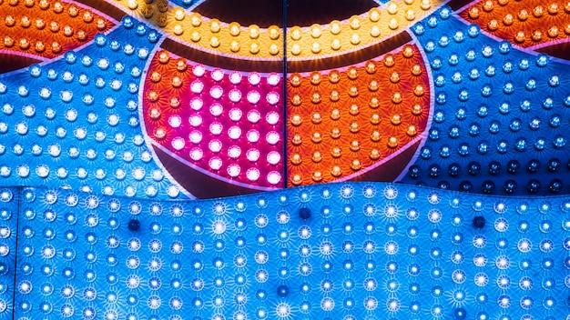Sluit omhoog kleurrijke lampen in geometrische vormen Gratis Foto