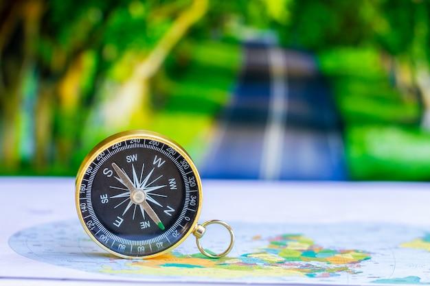 Sluit omhoog kompas op document kaart, reis en levensstijl, slaag aan succes bedrijfstechnologieconcept. Premium Foto