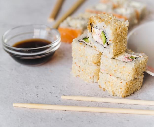Sluit omhoog mening van gestapelde sushi Gratis Foto
