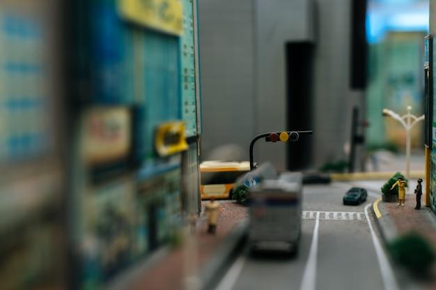 Sluit omhoog mening van kleine verkeerslichten op de weg. Gratis Foto