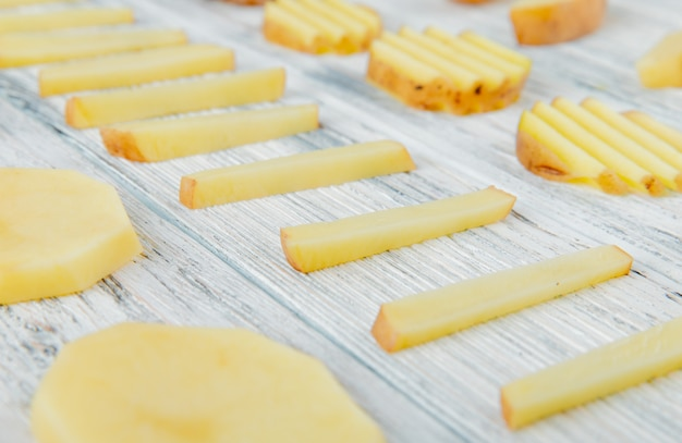 Sluit omhoog mening van patroon van gesneden aardappels op houten achtergrond Gratis Foto