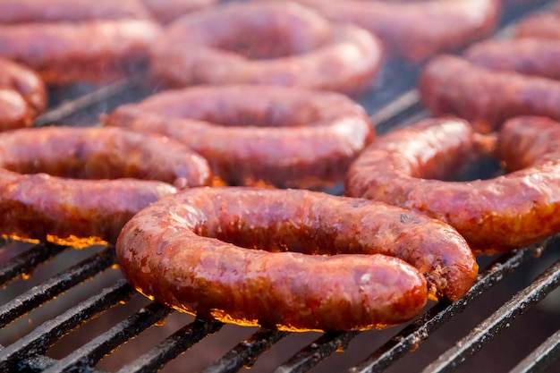 Sluit omhoog mening van vele portugese chorizos op een barbecue. Premium Foto