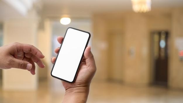 Sluit omhoog mening van zakenman gebruikend het lege schermsmartphone voor lift Premium Foto
