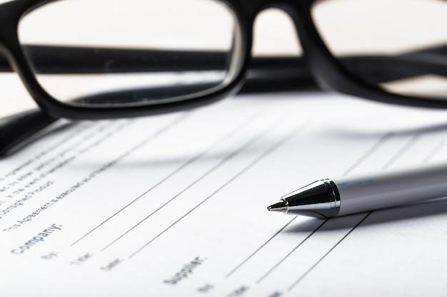 Sluit omhoog ontsproten van oogglazen op documentdocumenten bedrijfsconcept Premium Foto