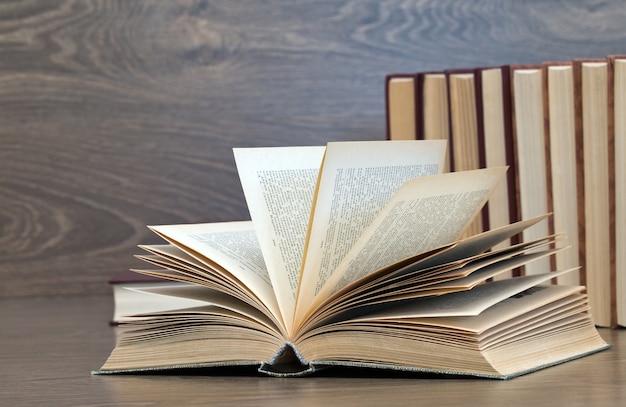 Sluit omhoog op boeken op een houten achtergrond Premium Foto