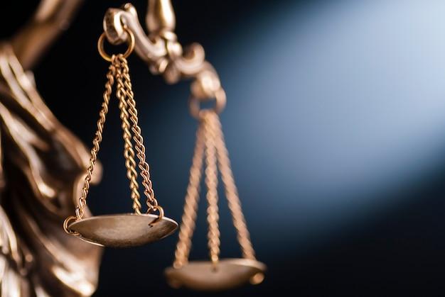 Sluit omhoog op de schalen van rechtvaardigheid Premium Foto
