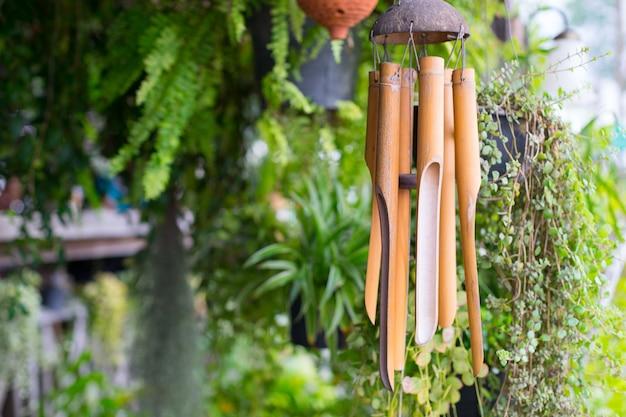 Sluit omhoog op een houten windklokkengelui Premium Foto