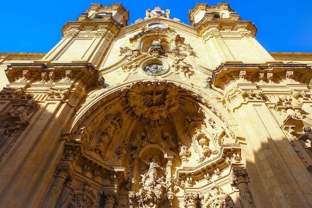 Sluit omhoog op een portaal van de rooms-katholieke basiliek st mary van chorus in het historische deel van de stad van san sebastian, spanje Premium Foto