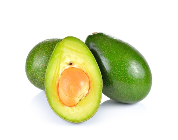 Sluit omhoog op gesneden geïsoleerde avocado Premium Foto