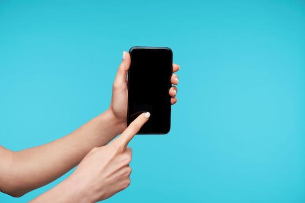 Sluit omhoog op moderne smartphone die door handen wordt gehouden Gratis Foto