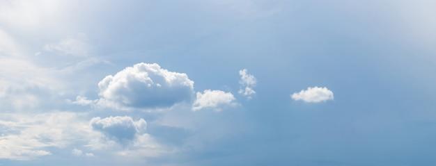Sluit omhoog op mooie witte wolken op een blauwe hemel Premium Foto