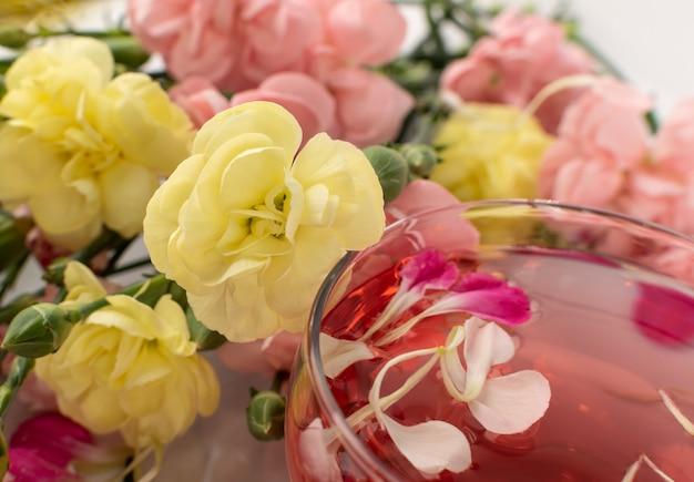 Sluit omhoog op roze drank in de close-up van de glaskop Premium Foto