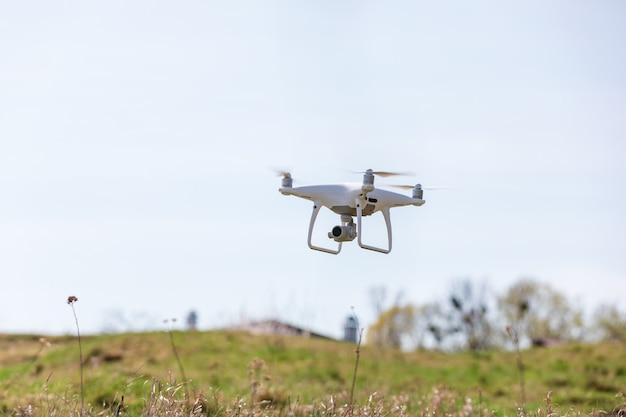 Sluit omhoog op witte hommelcamera. hommel quadcopter tijdens de vlucht Premium Foto