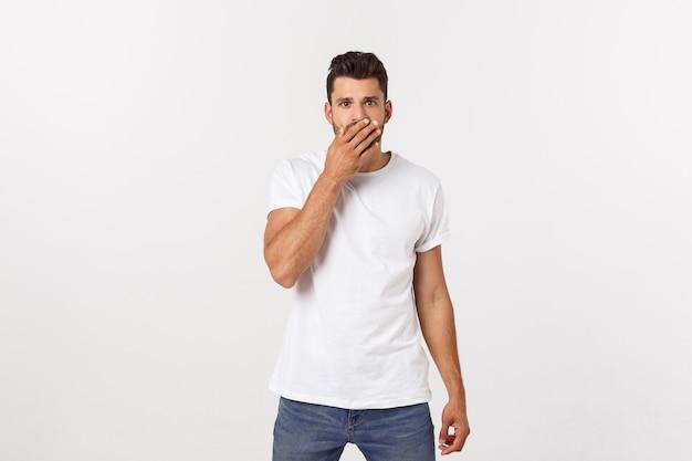 Sluit omhoog portret van de aantrekkelijke jonge mens die zijn mond met vingers sluit. bezorgd gebaar, kan niets zeggen. Premium Foto