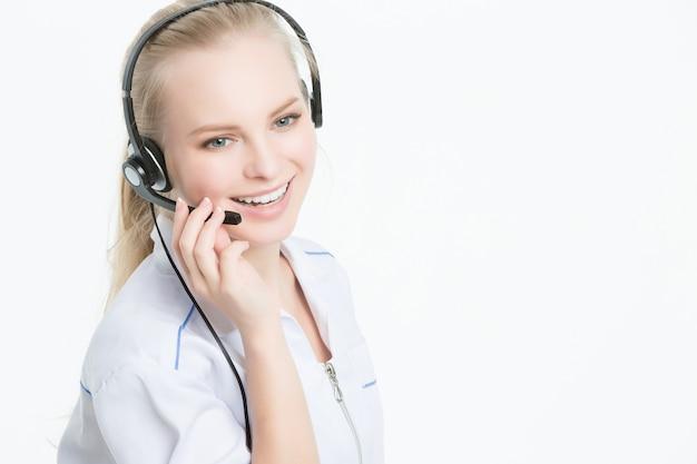 Sluit omhoog portret van de arbeider van de de klantendienst van de vrouw, call centre glimlachende exploitant met telefoonhoofdtelefoon Premium Foto