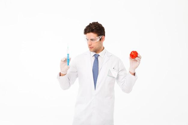 Sluit omhoog portret van een geconcentreerde jonge mannelijke arts Gratis Foto
