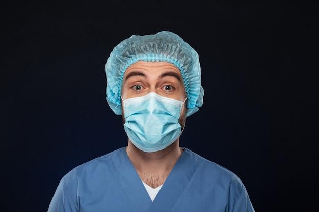 Sluit omhoog portret van een geschokte mannelijke chirurg Gratis Foto