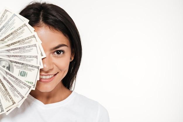 Sluit omhoog portret van een glimlachende aantrekkelijke vrouw Gratis Foto