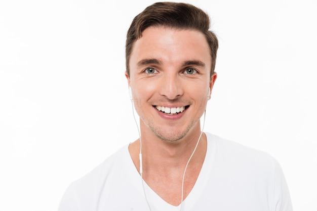 Sluit omhoog portret van een glimlachende gelukkige mens Gratis Foto