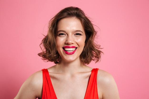 Sluit omhoog portret van een glimlachende vrolijke vrouw Gratis Foto