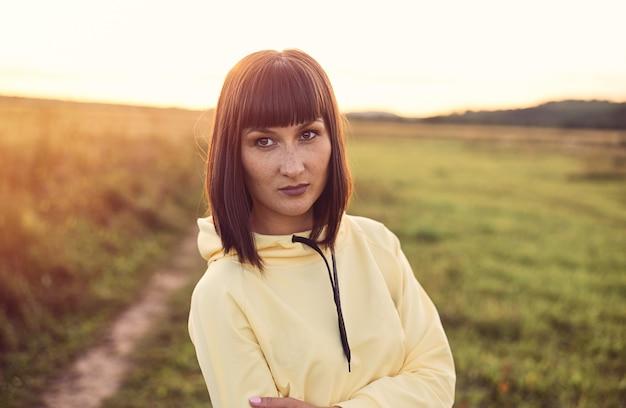 Sluit omhoog portret van een mooi meisje met sproeten Premium Foto