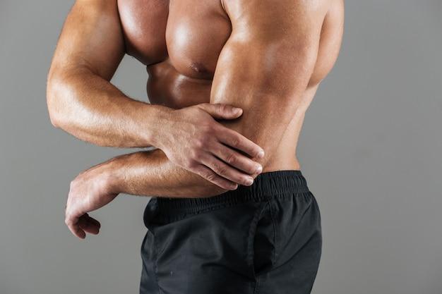 Sluit omhoog portret van een sterke spier mannelijke bodybuilder Gratis Foto