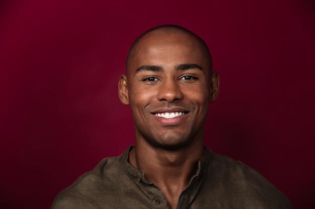 Sluit omhoog portret van het glimlachen het afrikaanse mens kijken Gratis Foto