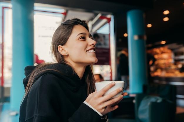 Sluit omhoog portret van vrij vrouwelijke het drinken koffie. Gratis Foto