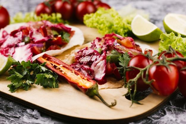Sluit omhoog regeling van heerlijk mexicaans voedsel Gratis Foto