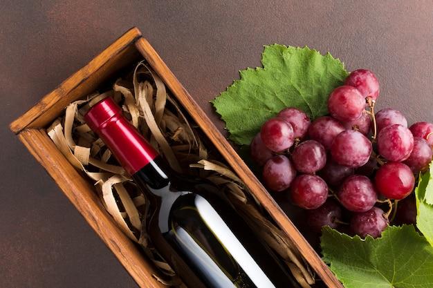 Sluit omhoog rode druiven en wijn Gratis Foto