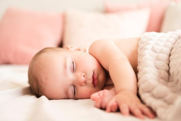 Sluit omhoog van aanbiddelijke pasgeboren baby Premium Foto