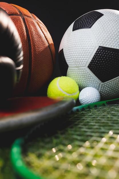 Sluit omhoog van bokshandschoenen en het tennisgolfballen en discus van het basketbalvoetbal Premium Foto