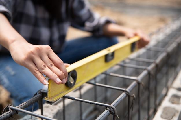 Sluit omhoog van bouwvakker in bouwwerf Gratis Foto
